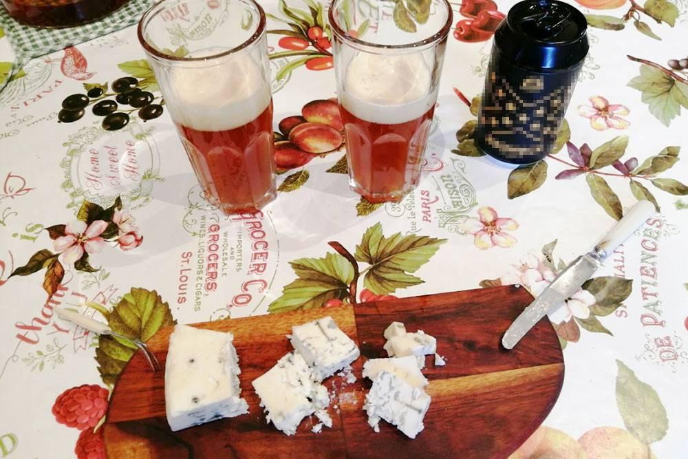 Нарезал только что купленного сыра с голубой плесенью и открыл баночку крафта. На сей раз тыквенный эль