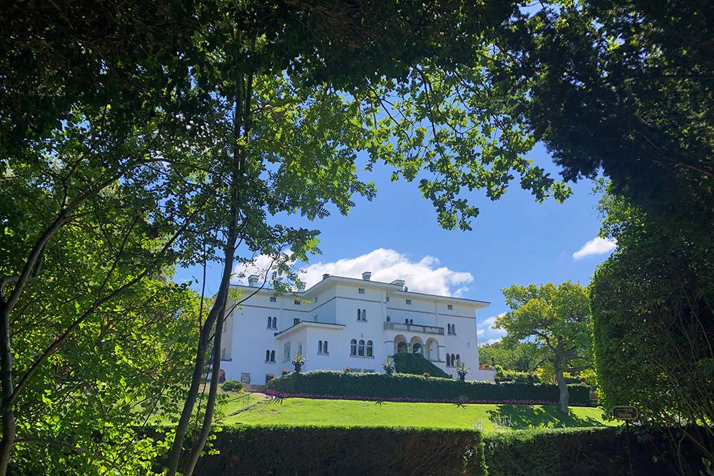 На территории дворца Соллиден можно посмотреть красивый парк инесколько выставок, посвященных истории королевской семьи
