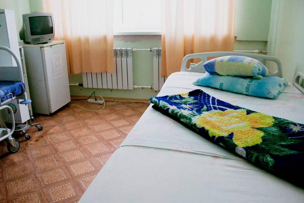 В этой платной палате еще стоит телевизор и холодильник