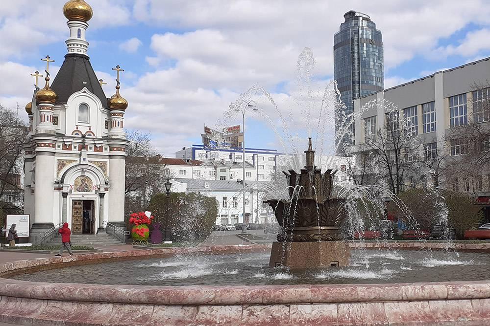 Возле набережной работает фонтан «Каменный цветок»