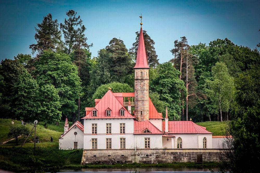 В Гатчине стоит посетить дворцово-парковый музей-заповедник и Приоратский дворец (на фото). В центре города есть пешеходная улочка с постройками 18—19 веков и старинный православный храм