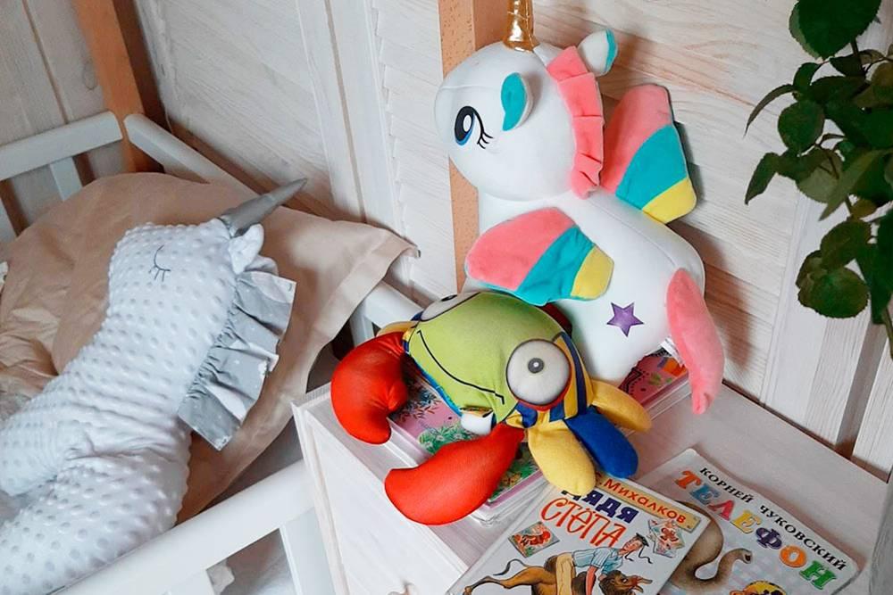 Вечерние чтения у кроватки младшей