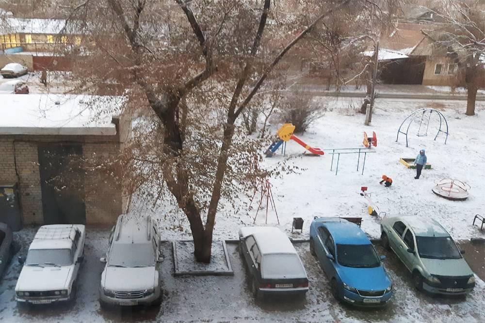 Во дворе дома есть детская площадка и места длямашин