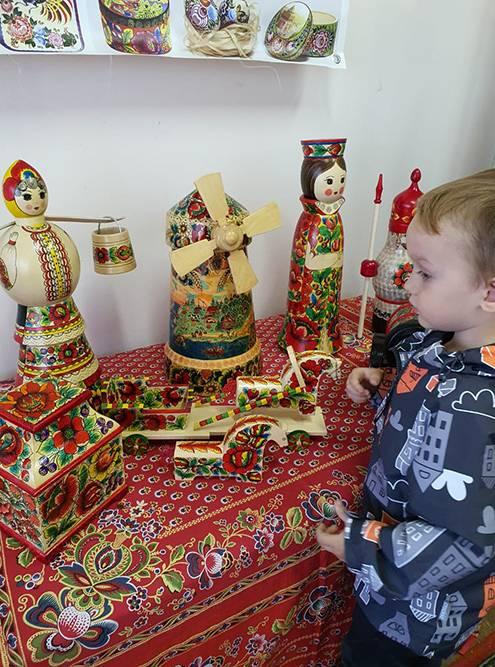 Выставка народных промыслов жителей Володарска. Некоторые экспонаты можно трогать