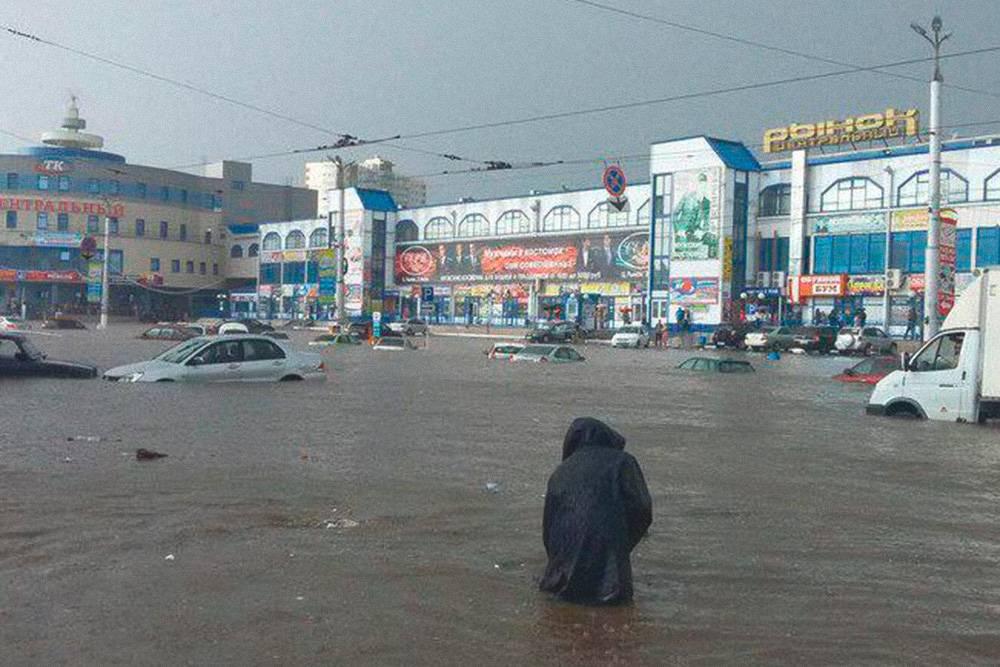 Если вы приехали в Курск летом, не паркуйтесь во время дождя около Центрального рынка. Фото: группа «Курск» во Вконтакте