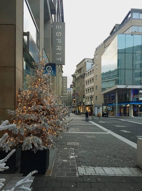 Одна из торговых улиц в центре — Шадовштрассе