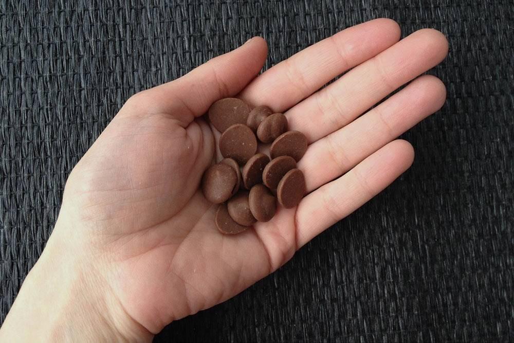 Так выглядит шоколад дляпрофессиональных кондитеров. Эти капельки называют каллеты или галеты. Сними удобно работать: их проще растапливать, ненужно дробить иоткалывать отбольшого куска шоколада. Уразных производителей форма иразмер каллет отличаются