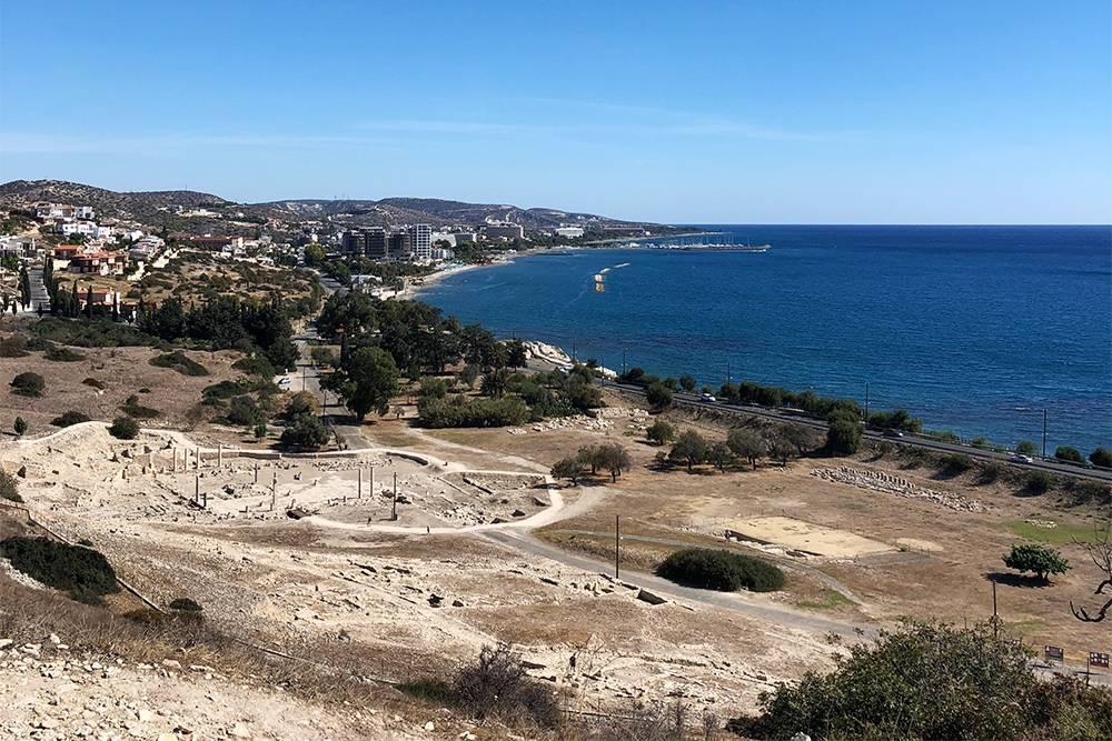 Вид с холма на руины Аматуса