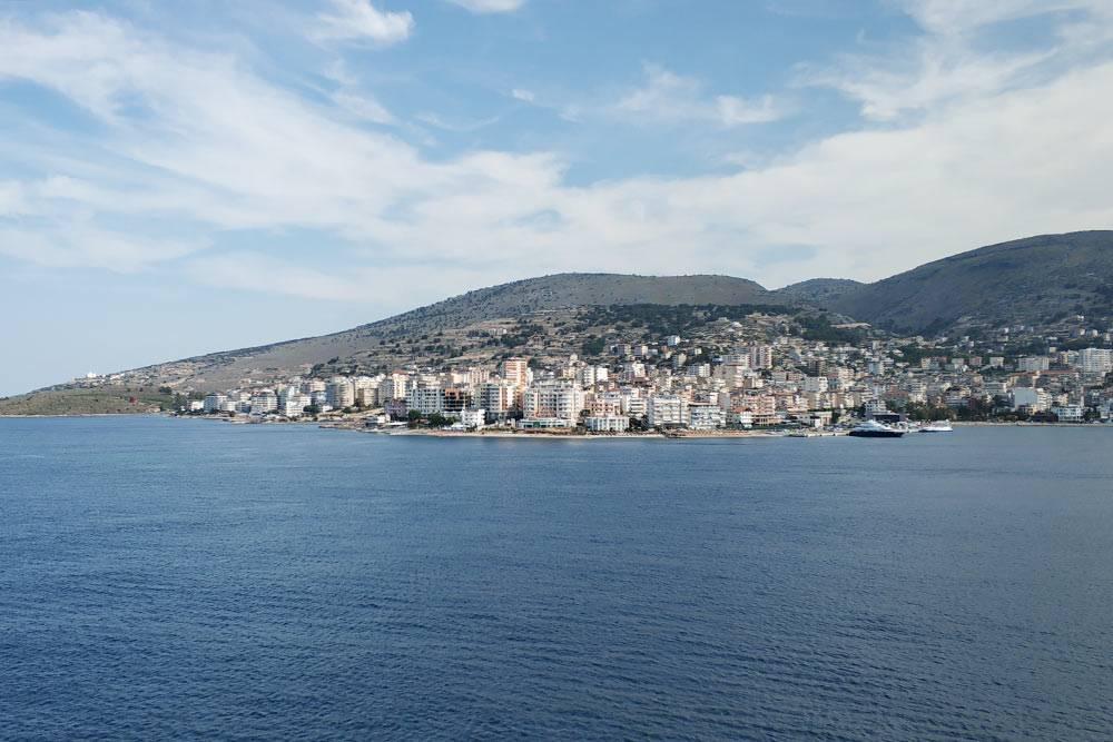 Вид на город с палубы лайнера. Ближе к берегу он подойти не смог