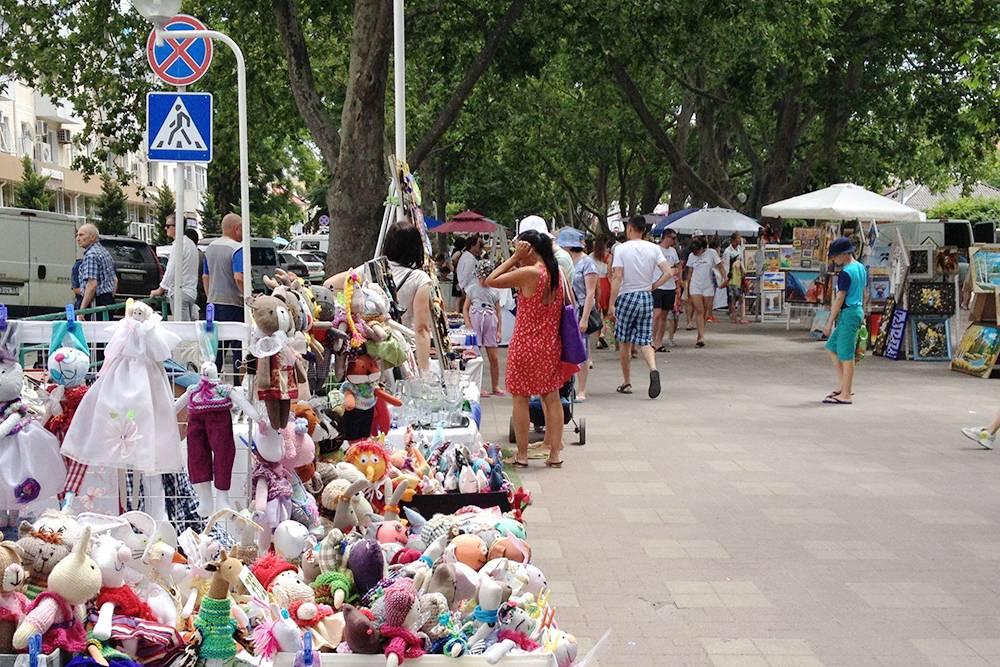 Еще на ярмарке продают сувениры: хендмейд-игрушки, картины из камней и стекла, одежду, аксессуары и предметы интерьера