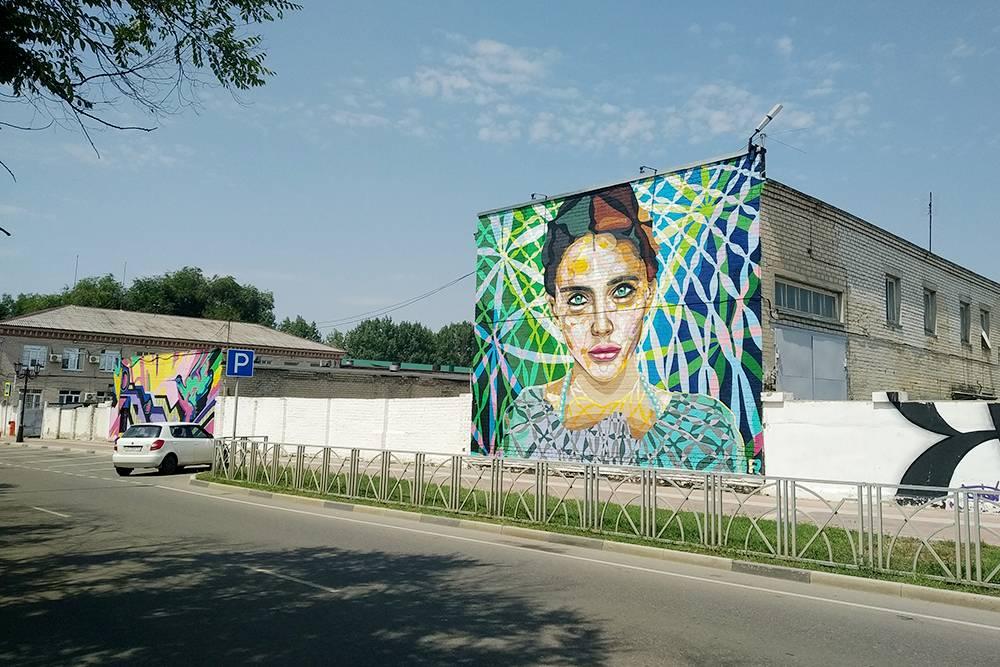 А эта девушка появилась на стене местного здания теплосети в рамках фестиваля «Слияние» в 2020году
