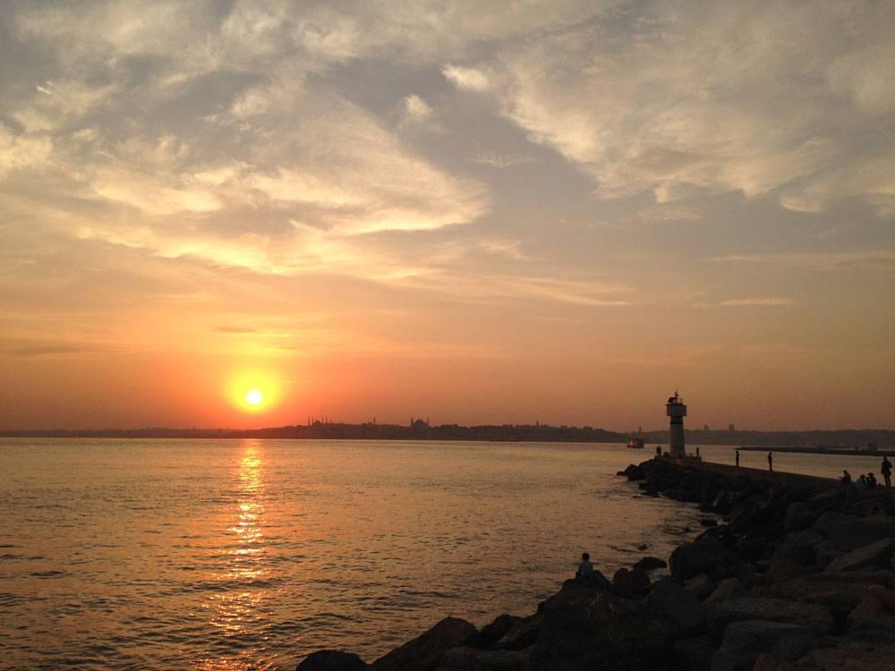 Закат у Мраморного моря в азиатской части Стамбула