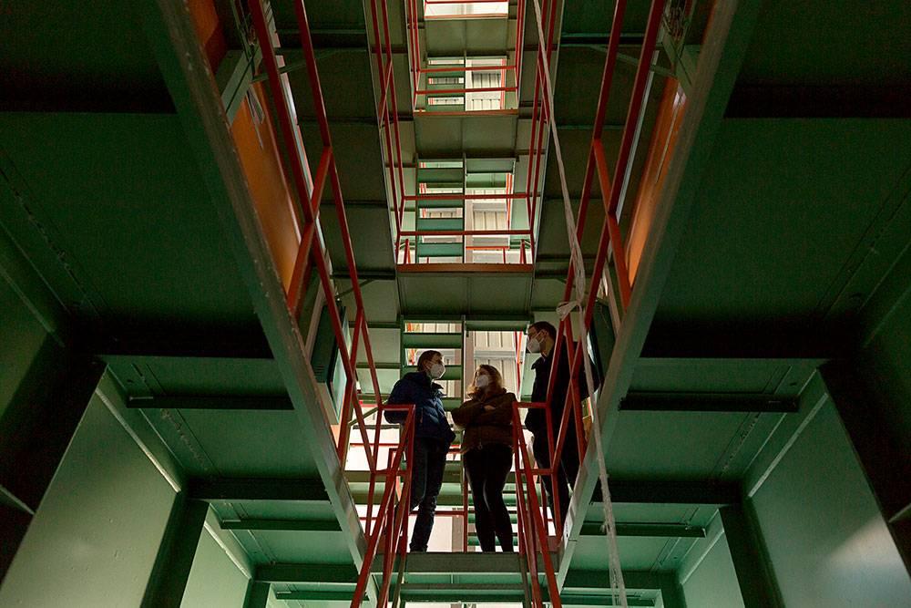 В башню высотой в десять этажей вдувают пух, чтобы отделить его от пера