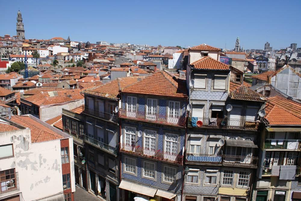 Типичный центр Порту — прилепленные друг к другу дома под черепичными крышами. Источник: Александра Домина