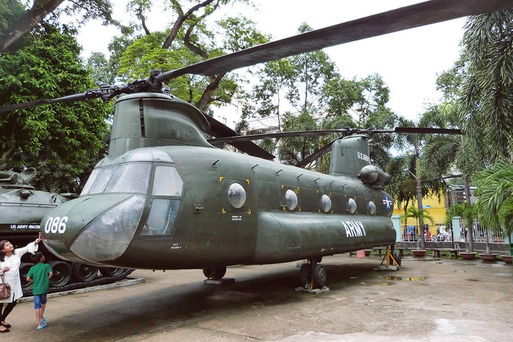 Трофейный американский вертолет на территории музея жертв войны