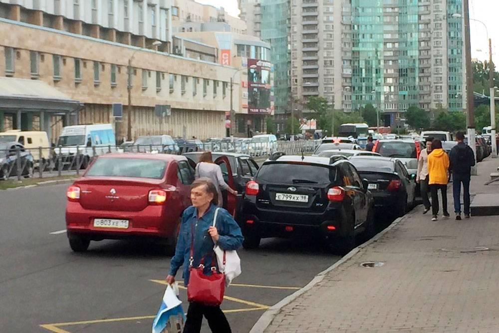 Машины напротив метро «Приморская». Отсюда наш автомобиль эвакуировали дважды