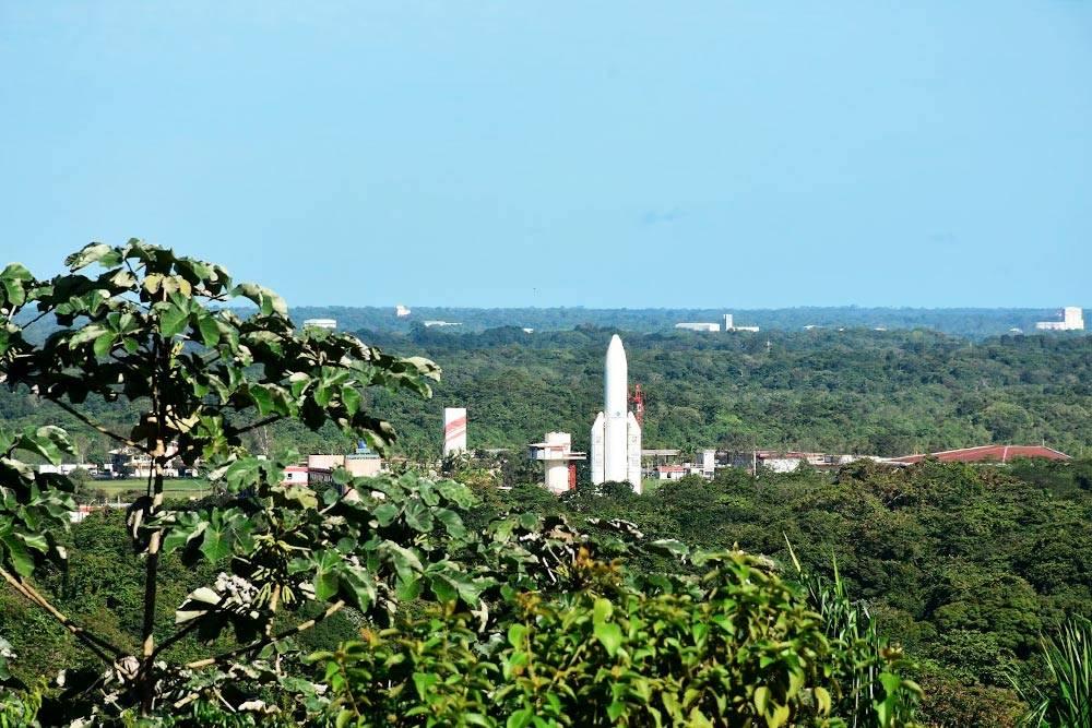 Космический центр, окруженный джунглями. Стартовые площадки дляракет расположены в 10 км от него