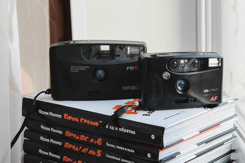 Мыльницы из моей коллекции. Справа затертый «Полароид» — это первый семейный фотоаппарат. С ним связаны воспоминания о поездках на море и праздниках. В 2007году мы его заменили на цифровой «Кодак». А откуда взялась «Минолта», я уже не помню. Оба исправно работают