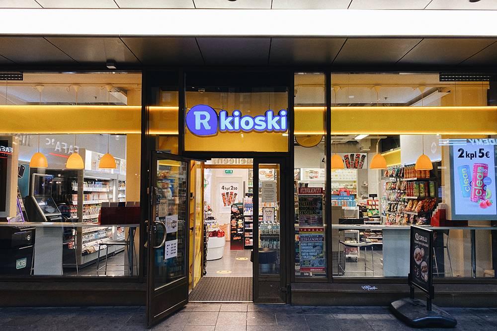 Один из R-kioski в Хельсинки, повсей Финляндии ихболее700. Помимо снеков игазетной продукции, вкаждом таком киоске можно купить билеты наобщественный транспорт, лотерейные билеты, лицензии нарыбалку ипредоплаченные симкарты. Некоторые точки оказывают почтовые услуги. Также жители Финляндии могут получать вближайшем кдому киоске паспорта и ID-карты, оформленные онлайн