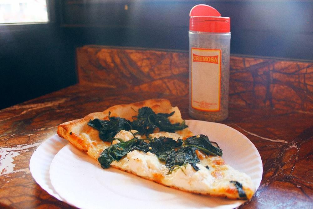 Кусок белой пиццы со шпинатом в «Джос-пицце» за 3,75$ (257<span class=ruble>Р</span>) плюс налоги
