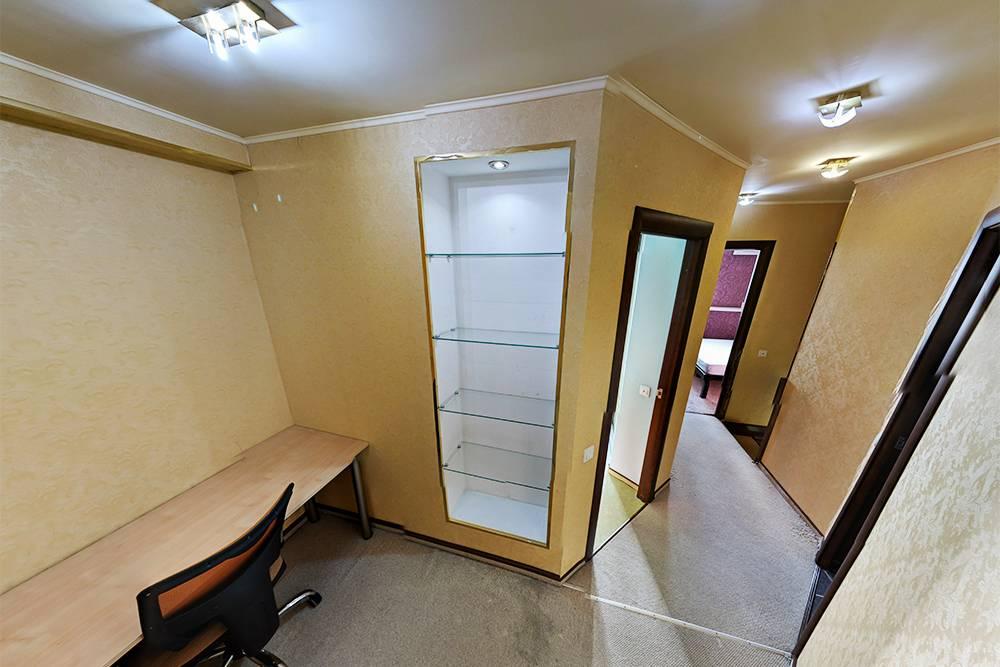 Выделенная зона кабинета на втором этаже. Это пространство получилось безокна и двери