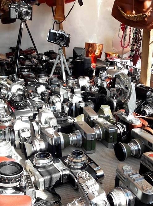 Один из прилавков с фотоаппаратами на берлинской «блошке» в Мауэрпарке. Рядом с EXA и «Практиками» соседствуют наши советские «Зениты»