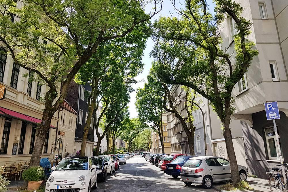 Улица, на которой я жила свой первый год в Дортмунде. Моя комната — в доме слева на втором этаже. Она располагалась прямо надбаром, и иногда было так шумно, что не спасали даже закрытые окна. Зато близко к центру