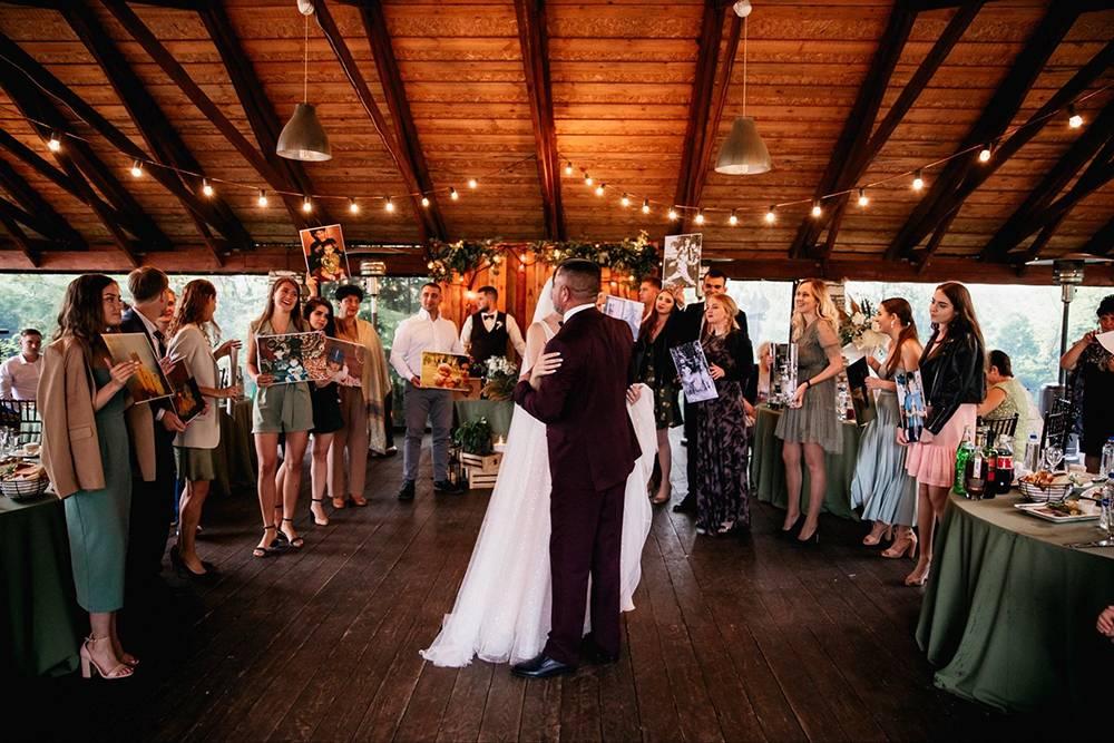 На нашей свадьбе были только те, кого мы по-настоящему хотели там видеть: родственники и близкие друзья. Из тех, кого мы пригласили, только два человека заболели и не смогли прийти, а остальные веселились с нами