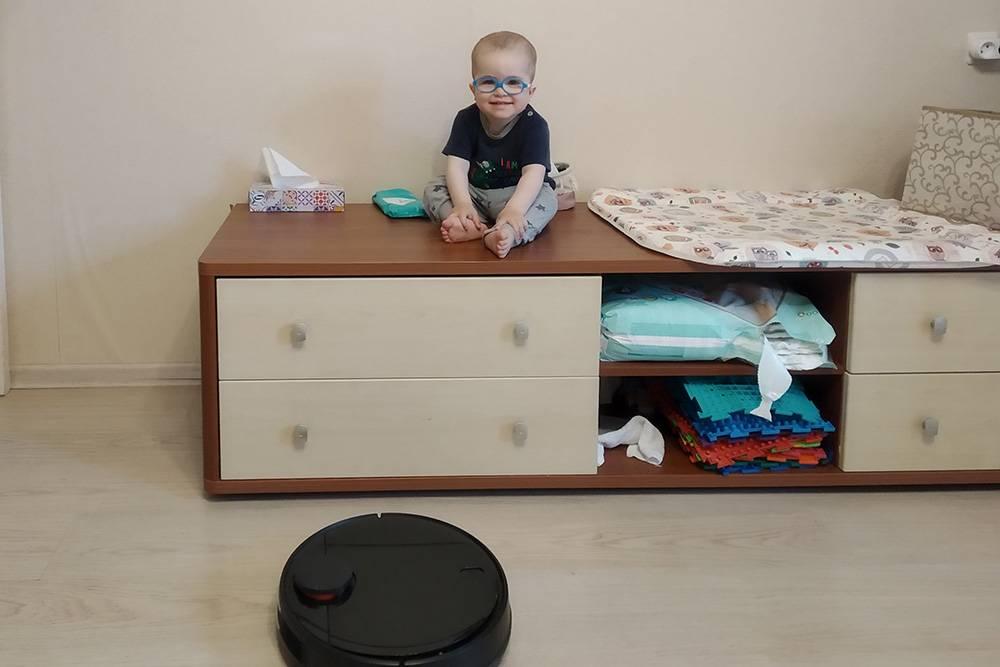 Чтобы не нагружать спину, мы переодеваем ребенка сидя. Затоне боимся, что он упадет с большой высоты