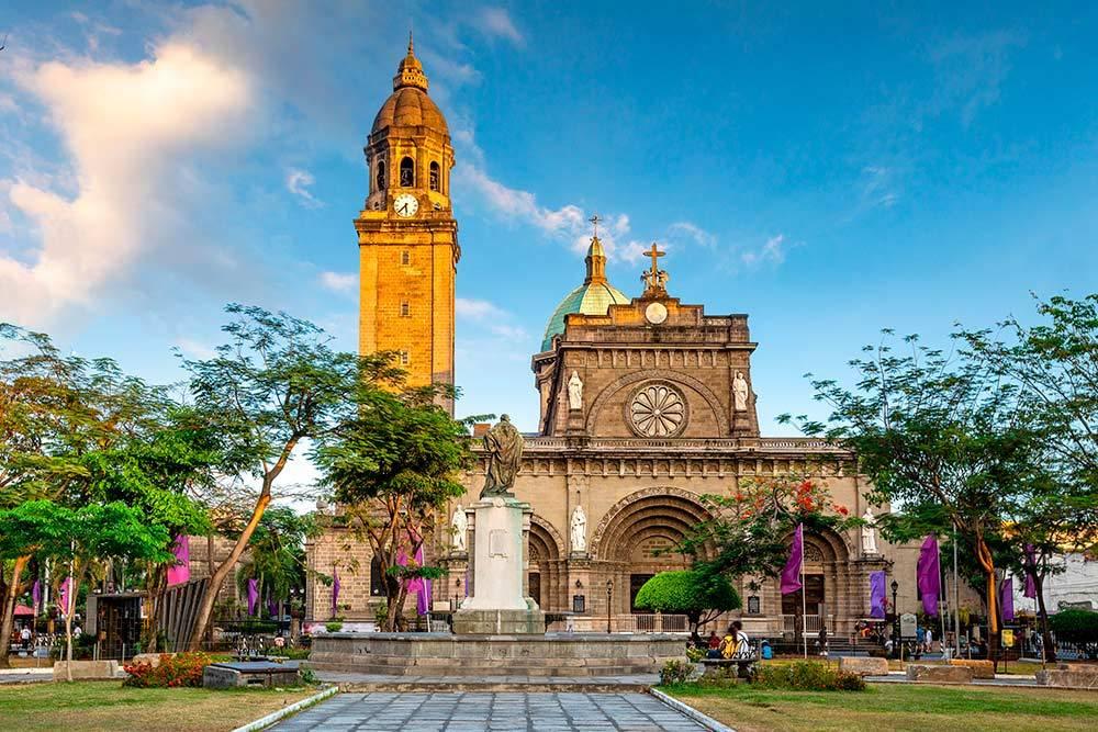 Главный кафедральный собор Манилы, который восстановили после землетрясения в 2012году. Фасады собора в неороманском стиле со сложными барельефами и статуями из травертина выглядят впечатляюще. Травертин — это светлая горная порода, его обычно используют в строительстве и облицовке зданий. Источник: Sean Hsu / Shutterstock
