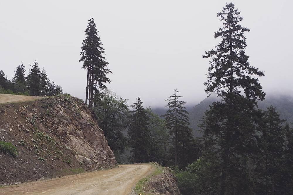 Некоторые участки пути стоит проезжать в дневное время не только длятого, чтобы полюбоваться окружающей красотой, но и чтобы не сорваться в пропасть: вдоль дороги не всегда стоят отбойники