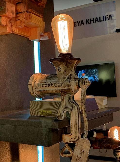 Творческие студии и компании выставляли на территории площадки свои работы, например светильники в индустриальном стиле