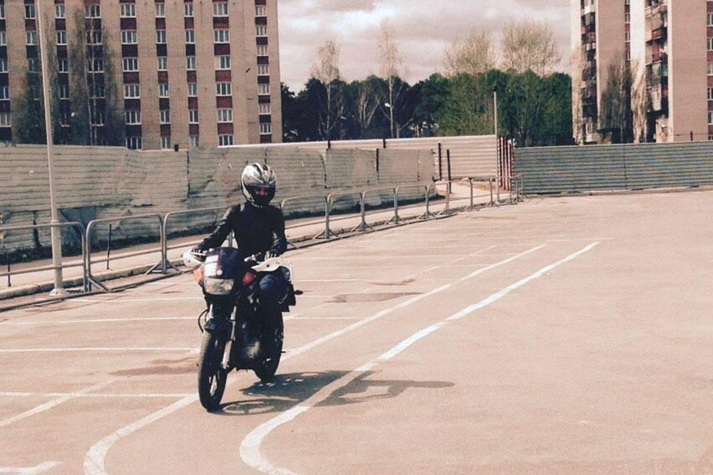 Практика на площадке школы. Курсантам в нашей школе выдавали шлем, куртку и наколенники, но у меня уже была своя экипировка