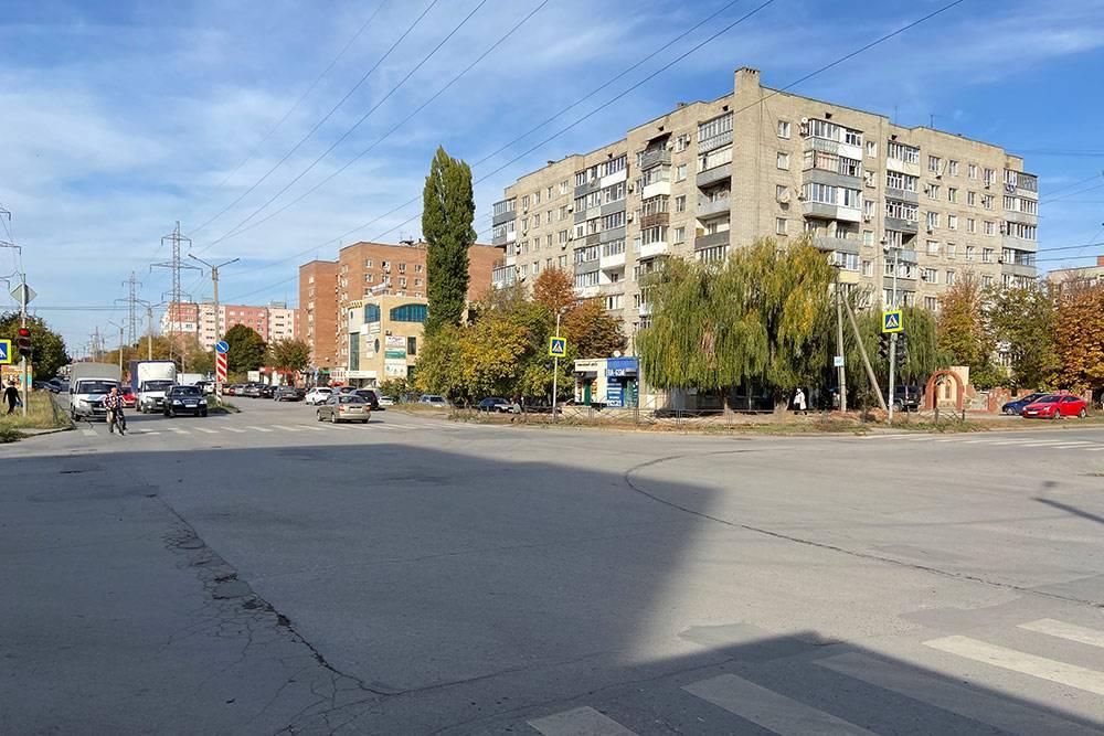 Русское Поле — жилой район на окраине Таганрога. Он появился в восьмидесятых, но и сейчас здесь строят новые многоэтажки