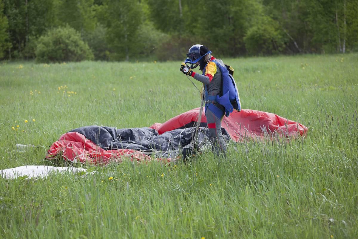 На этом фото основной парашют распущен, а запасной уложен в ранце