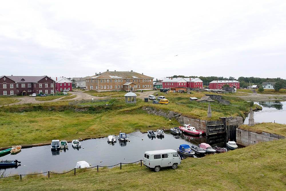 На фото сухой док — сооружение, которое монахи построили в середине 19 века, чтобы чинить корабли. Сейчас местные жители используют его как парковку для частных лодок