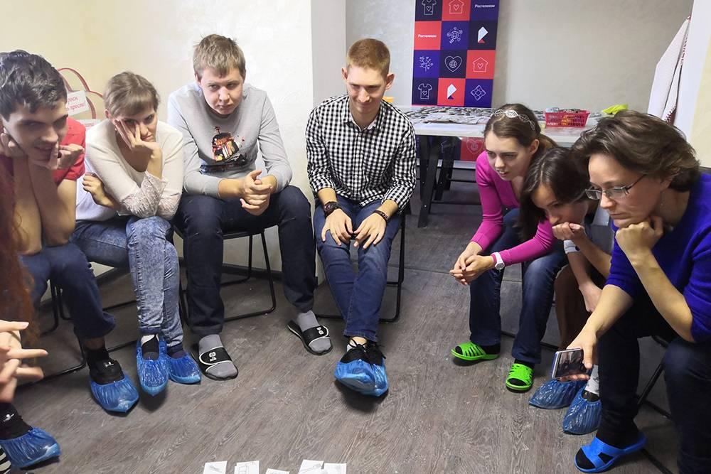 Групповые встречи с психологом проходят в формате игр и тренингов и помогают ребятам с инвалидностью научиться общаться с другими людьми