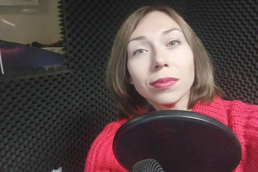 Елена Ткачева во время записи радиопрограммы. На этом проекте можно записывать и подкасты — полезное умение в наше время