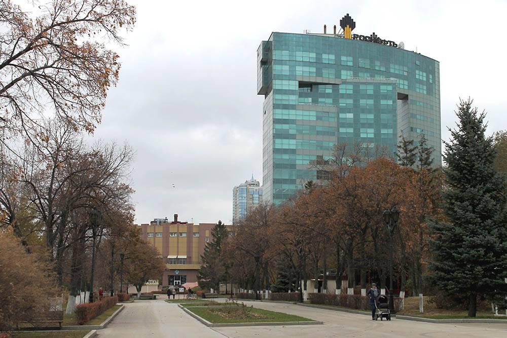 Здание АО «Самаранефтегаз» находится около набережной