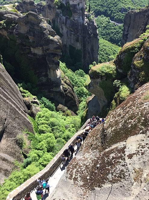 С лестницы, которая ведет к Преображенскому монастырю, или Мегала Метеора, открывается красивый вид на монастырь Варлаама, расположенный по соседству