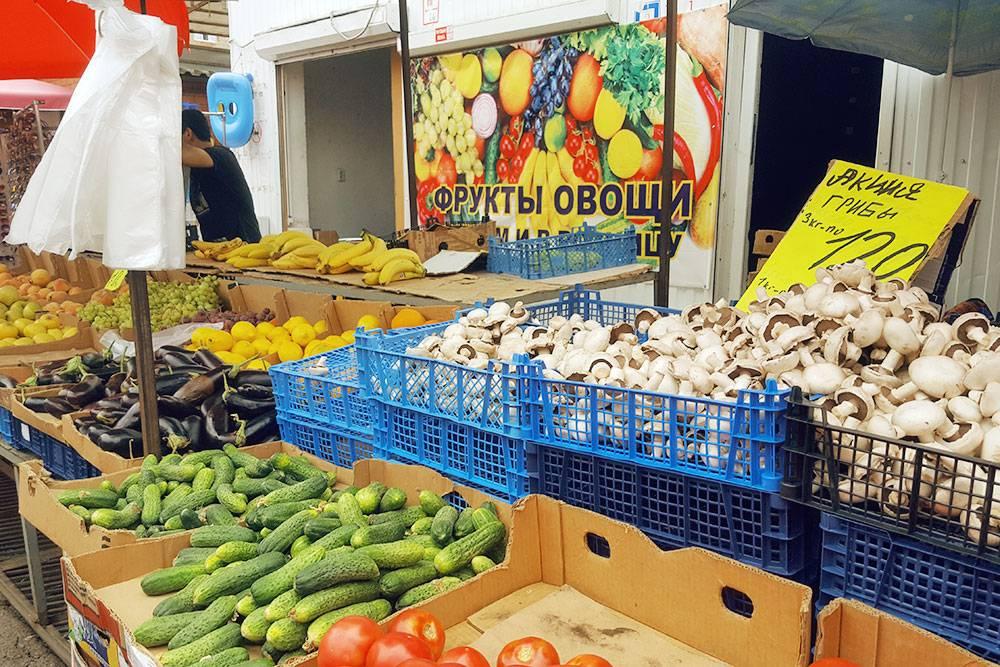 Осенью на оптовом рынке продукты стоят очень дешево. Например, помидоры отдают по 20 рублей за килограмм
