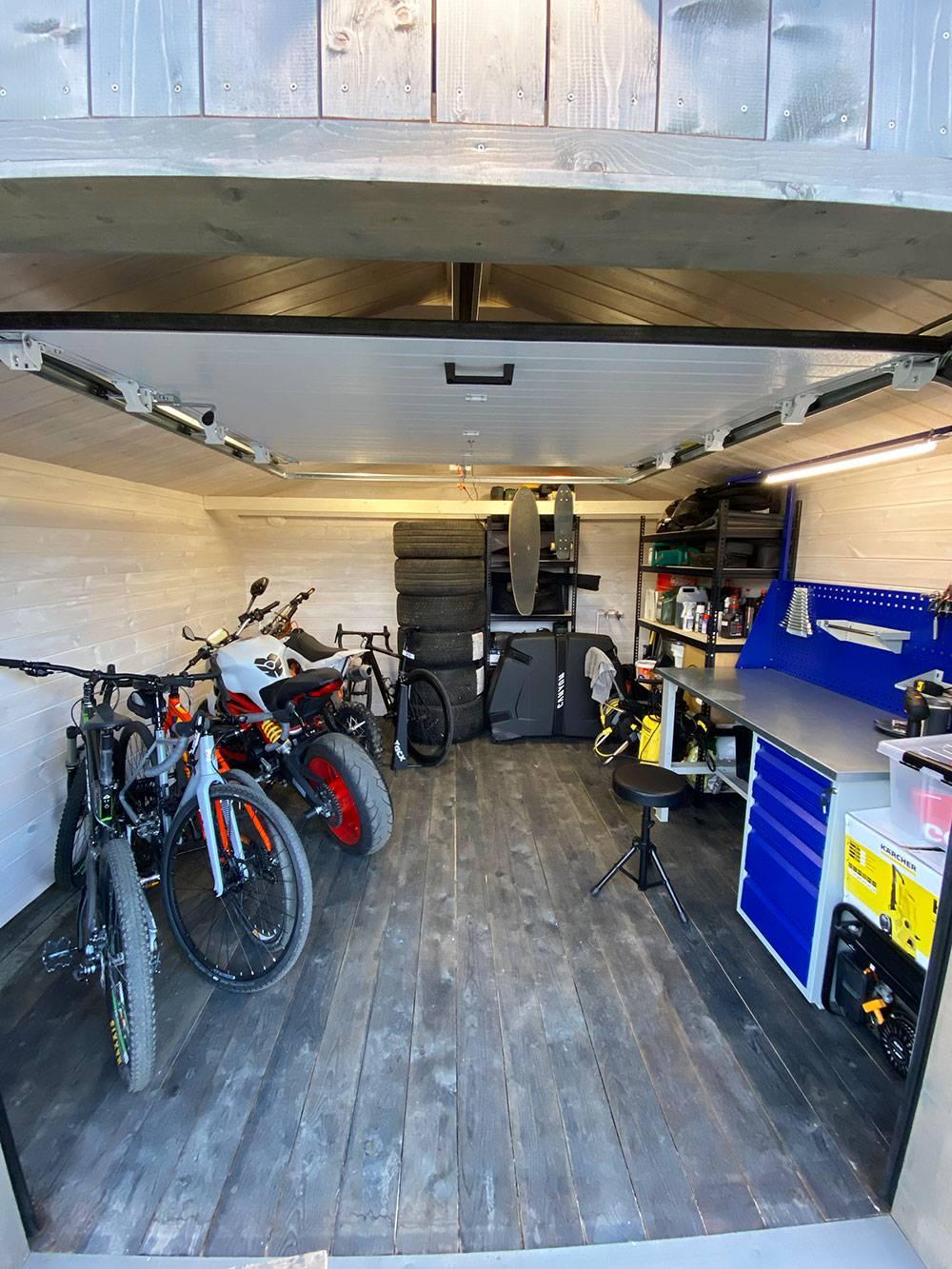Вот так выглядит мой новый гараж с мотоциклами и не гоночными велосипедами