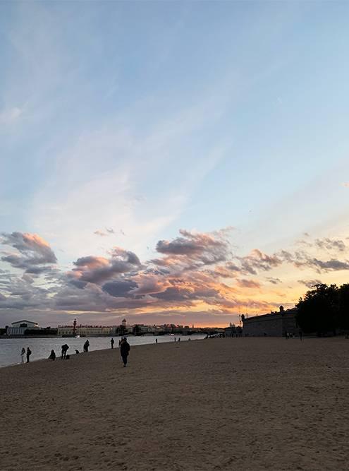 Закаты на пляже у Петропавловской крепости — одни из самых живописных в Петербурге