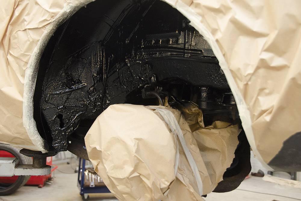 Так выглядит колесная арка после обработки битумным антикоррозийным составом. Источник: Alraun/ Shutterstock