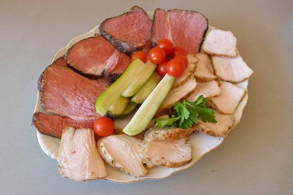 Мясная нарезка: говядина а-ля ростбиф и индейка. Килограммовый кусок говядины готовила строго по рецепту около 6 часов притемпературе +58 °C. А в пакет к индейке добавила смесь пряностей «Аджика сухая» и кусочек сливочного масла — приготовилось за 2 часа притемпературе +64 °C