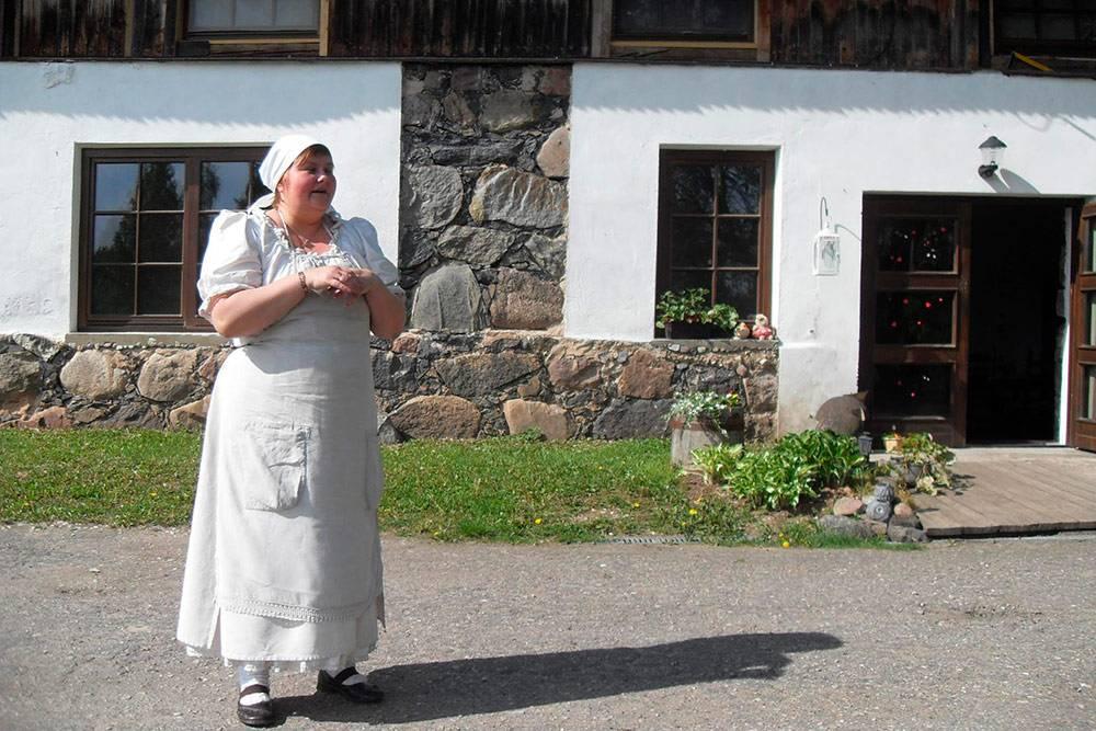 Илзе Бриеде помогла мне испечь мой первый ржаной хлеб в 2014году. Юрист по образованию, она долгое время работала в офисе и сферу деятельности сменила неожиданно длясебя. Осваивать новую профессию пришлось самостоятельно. На обучение у Илзе ушло два года. Она регулярно принимает гостей — туристов из Латвии и других стран