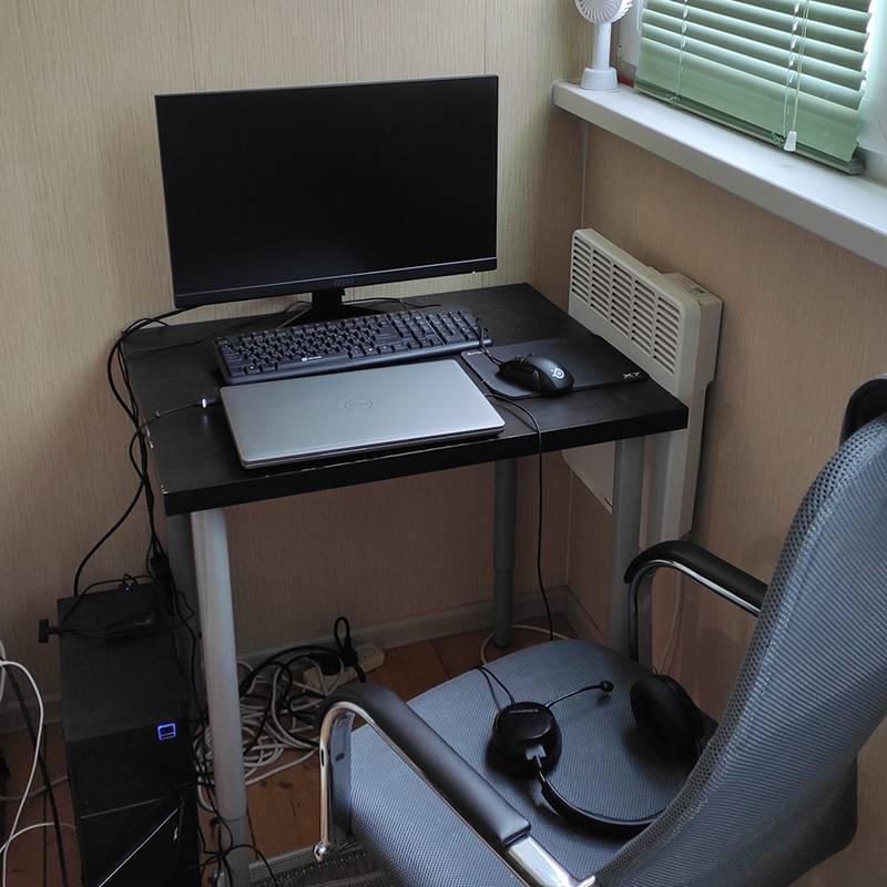 Кстати, вот мое рабочее место. Когда я только въехал в эту квартиру, собирался поменять этот стол, но в итоге, похоже, я быстрее поменяю квартиру. В новой обязательно возьму себе нормальный