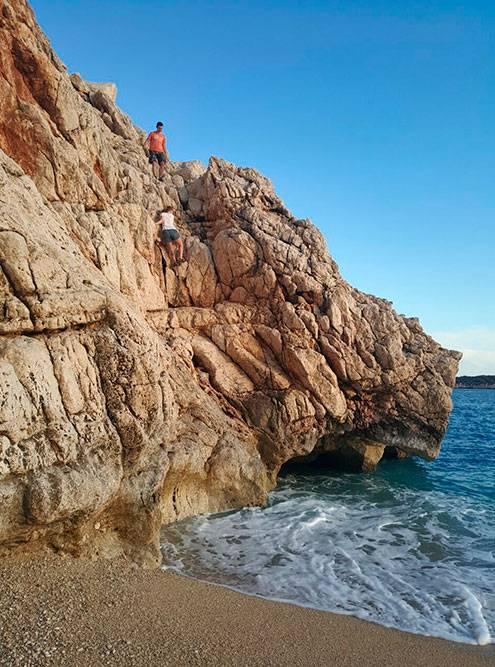 Скалы на Капуташе. Мы решили залезть на вершину, а наш директор стоял внизу и кричал, что мы ненормальные
