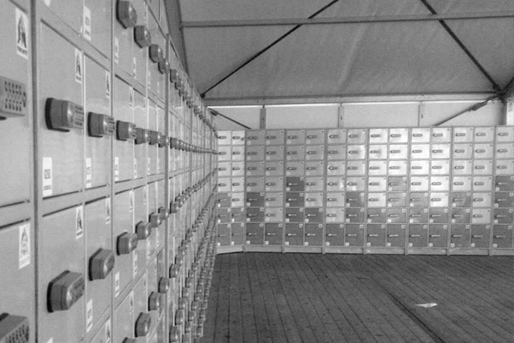 Шкафчик работает как сейф, открыть и закрыть его можно с помощью специального кода
