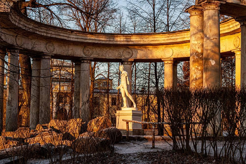 Колоннада Аполлона находится напротив дворца. В 1817году часть колонн подмыло во время дождя, и они обрушились. Было решено так и оставить их в виде руин. Сейчас это одно из самых живописных мест в парке: оттуда открывается вид на Павловский дворец, речку Славянку, мостКентавров